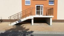 <h5>Schody wejściowe z podestem</h5><p>Schody prefabrykowane składające się z kliku osobnych elementów składanych na budowie: bieg schodów, słupy i podest wykonane w wytwórni MUR-BET</p>