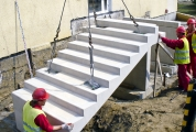 <h5>Montaż schodów</h5><p>Montaż elementu biegu schodów</p>