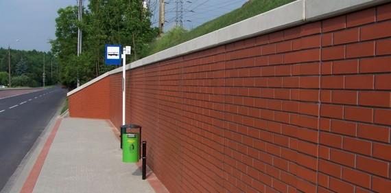 Wykonanie przystanku autobusowego z murem oporowym w nasypie kolejowym